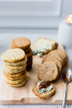 With these freezer biscuits, you can turn a simple cheese basket into a superb gift box this Christmas time. Cheese Baskets, Christmas Time, Xmas, White Chocolate Mousse, Fruit In Season, Freezer, Biscuits, Treats, Dinner