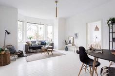 Avec ses 120m² répartis sur deux niveaux, ce duplex permet de faire vivre au large une grande famille. Chers lecteurs, cet appartement aux couleurs d'automne est mon 5000ème post sur ce blog. Vous qui