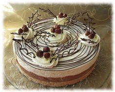 Tänä vuonna Kinuskiperheessä jouluiseen kahvipöytään kannetaan kakku, jonka täytteissä yhdistyvät kaneli, pähkinät ja ihanainen pähkinäsuklaalevite. Pohjan Digestive-keksien tilalla voi toki käyttää piparkakkujakin, jos kokee niiden täydentävän kakun jouluisuutta. Tässä kuitenkin oma mielipiteeni: mielestäni piparkakuissa on niin voimakas maku, että kakun täytteiden hienot aromit eivät pääse piparipohjan kanssa oikeuksiinsa. Ohjeessa Digestive-keksimuruihin on sekoitettu kanelia. Näin pohja…