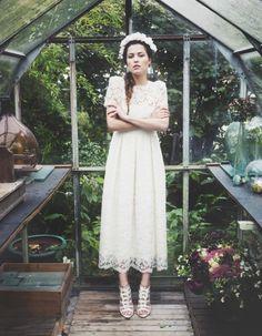 a jeune créatrice de robes de mariée s'allie à la marque de souliers pour une collection d'escarpins à tomber ! On réserve d'ores-et-déjà notre paire rêvée, en vente à partir de février 2015. http://www.elle.fr/Mariage/Accessoires/Les-jolies-chaussures-d-Elise-Hameau-pour-Cosmoparis-2865264
