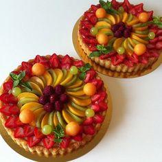 Bonjour, Voici une recette assez facile à réaliser, qui est vraiment de saison car en plus d'être légère, elle est très fraîche et on peux y mettre les fruits que l'on souhaite! J'ai fait 2 tartes le week end dernier mais la recette est donnée pour une...