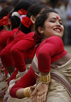 Bihu Dancers of Assam Folk Dance, Dance Art, Namaste, Indian Classical Dance, Indian Festivals, Festivals Of India, India People, Dance Poses, Bollywood