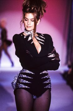 Cindy Crawford walks the runway at the Thierry Mugler Ready to Wear Fall/Winter fashion show during the Paris Fashion Week in March, 1990 in Paris, France. 1990s Fashion Trends, 2000s Fashion, Fashion Weeks, Look Fashion, Trendy Fashion, Fashion Models, Fashion Show, Vintage Fashion, 80s Fashion Icons