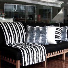 Detalhes em preto, branco e algumas nuances de cinza transformam a Almofada Oslo no item perfeito para adicionar um pouco de personalidade e charme para o seu décor. Crie looks despojados ou sofisticados combinando-a à almofada e manta da mesma linha. Para aquelas pessoas que gostam de ousar no mix de estampas, misturar as almofadas Estocolmo com a linha Oslo e Alasca criam uma composição única e cheia de personalidade! Shop online> http://www.lolahome.com.br/almofada-oslo-50-x-50-723.aspx/p
