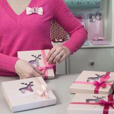 Růžová záplava mašlí právě dorazila! Neutrální krabičku jako kouzlem promění ve valentýnský dáreček k nakousnutí.