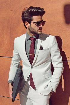 Costume blanc. Tenue homme chic. Veste blanche et pantalon blanc, chemise grise. Look mariage