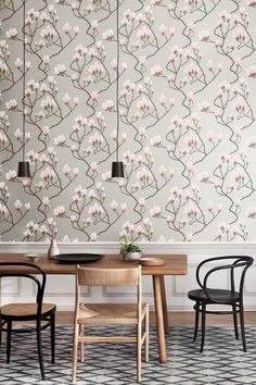 Beautiful Magnolia trail Cole & Sons wallpaper pattern with blossoming pink flowers on an elegant metallic silver background. #magnoliawallpaper #diningroomdecor #diningroomwallpaper #coleandsons #greyfloralwallpaper