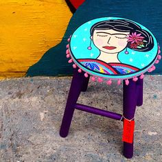 Frida e cores... #sampa #sp #banqueta #stool #juamora #ateliejuamora #fridakahlo Hand Painted Furniture, Home Decor Furniture, Furniture Projects, Painted Stools, Funky Decor, Coffee Bar Home, Madhubani Art, Boho Diy, Acrylic Painting Canvas