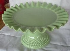 love this green hobnail cake plate Vintage Cake Plates, Vintage Cake Stands, Vintage Dishes, Cake Pedestal, Cake Carrier, Dessert Aux Fruits, Antique Glassware, Plate Stands, Carnival Glass