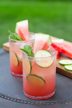 These Watermelon Cucumber Mojitos are going to become your next refreshing go-to summer drink – serve them in an ice cold pitcher! These Watermelon Cucumber Mo Watermelon Sangria, Watermelon Vodka Recipes, Pink Sangria, Watermelon Plant, Spring Cocktails, Sweet Cocktails, Vodka Cocktails, Martinis, Cocktail Drinks