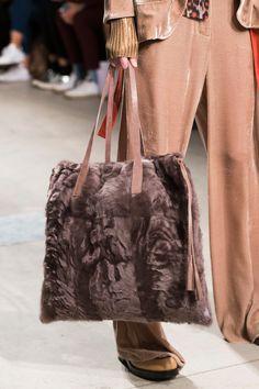 Cividini at Milan Fashion Week Fall 2017 - Details Runway Photos Fashion Handbags, Fashion Bags, Leather Bag Tutorial, Fur Accessories, Fur Bag, Beautiful Handbags, Fabric Bags, Milan Fashion Weeks, Fur Fashion