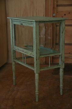 Een oud eiken theekastje / vitrinekastje in oude stijl afgewerkt. De kleur is bijzonder goed geslaagd.