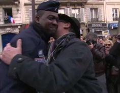 judeu beija soldado negro no dia da marcha pro Charlie Hebdo