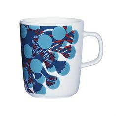 Diese Tasse aus Marimekkos Merivuokko-Kollektion wurde im Frühling 2015 präsentiert. Merivuokko ist finnisch und bedeutet auf Deutsch Seerose - als der finnische Grafikdesigner Kustaa Saksi während eines Urlaubs in die Gewässer Vietnams tauchte, war er fasziniert von der Vielfalt dieser Blumentiere. Er gestalte hier ein wirklich inspirierendes und farbenrohes Muster und stellte es Marimekko vor.