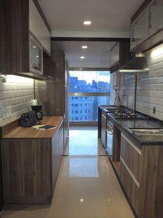 """Cozinha (blog Casa Bela). Madeira escura (parece """"Nogal""""), Eliane Metro White nas paredes. Retro industrial? De qualquer forma, 'aquecido' e lindo...."""