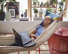 Uma sesta depois de almoço pode ajudar a recuperar o ritmo (e nós prometemos não contar a ninguém). Ikea Portugal, Outdoor Furniture, Outdoor Decor, Hammock, Persona, Summer, Ikea Home, Black, To Tell
