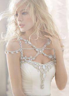 Vestido de novia con escote asimétrico estilo armadura cubierto de pedrería - Foto Hailey Paige en JLM Couture