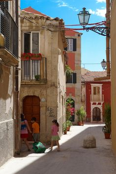Narrow street of Syracuse ( Siracusa) , Sicily