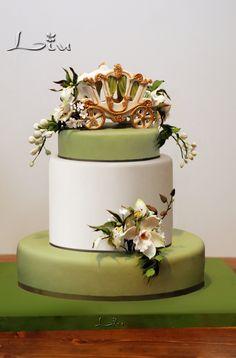 Свадебный торт с каретой и орхидеями