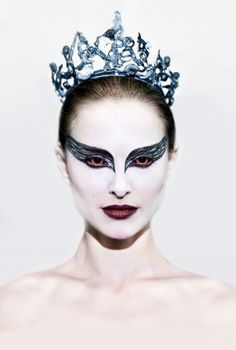 """Directed by Darren Aronofsky. With Natalie Portman, Mila Kunis, Vincent Cassel, Winona Ryder. A committed dancer wins the lead role in a production of Tchaikovsky's """"Swan Lake"""" only to find herself struggling to maintain her sanity. The Black Swan, Black Swan Film, Black Swan Makeup, Black Swan 2010, Movie Black, White Swan, Natalie Portman Black Swan, Streaming Movies, Hd Movies"""