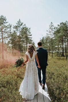 Bodas Boho Chic, Boho Chic Wedding Dress, Open Back Wedding Dress, Country Wedding Dresses, Dream Wedding Dresses, Bohemian Weddings, Simple Lace Wedding Dress, Mountain Wedding Dresses, Backyard Wedding Dresses