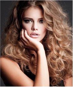 """""""En doğal görünümü elde etmek için saçınıza şekil verirken hem ince hem de kalın maşa kullanın. Bu, farklı kalınlıkta ve doğal dalgalar elde etmenizi sağlar."""" - David Babaii/saç stilisti"""