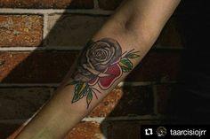 L4 Trabalho do artista Tarcísio Sant'Ana Júnior (@taarcisiojnrr ), tatuador no Excusa Me Madre Tattoo Shop em Florianópolis/SC • MEDÁ CAFÉ  Tattoo blog: www.medacafebodyart.blogspot.com • #MEDACAFE  #TATUAGEM #TATTOO #TATUAJE  #TATTOOLIFESTYLE  #TATTOOLOVERS  #TATTOOPRIDE  #TATTOOBLOG  #TATTOOMASTER  #TATTOOBRASIL  #TATTOOARTIST  #TATTOOER  #TATTOOIST  #TATTOOS  #TATTOOART  #TATTOOMADEINBRAZIL • #Repost @taarcisiojrr (@get_repost) ・・・ A R T F U S I O N! • • Dotwork com old School, feito na…