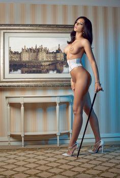 голая девушка целиком вся боком стоя средняя грудь шикарная фигура корсет туфли брюнетка интерьер ню