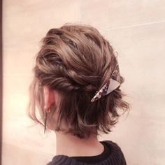 Cute and Easy Updos for Short Hair 2018 Finding the right updos for short hair can seem like a frustrating endeavor because many updos seem to be designed for longer lengths. In fact, short hair can have many arrangement options such as … Soft Curls Short Hair, Short Hair With Bangs, Short Hair Styles Easy, Short Wedding Hair, Braids For Short Hair, Messy Braids, Hairstyles With Bangs, Braided Hairstyles, Wedding Hairstyles