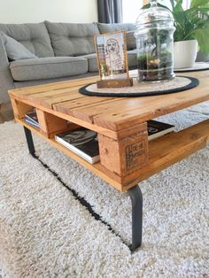 Table basse DIY easy pallet - Clem Around The Corner - Palette Palette Coffee Tables, Palette Table, Palette Diy, Palette Design, Couch Table, Table And Chair Sets, Diy Furniture Table, Pallet Furniture, Diy Coffee Table