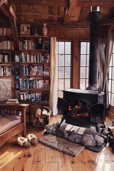 Reading room of the lodge, kleines Reading room of the lodge, lesezimmer einrichten Casual Living Rooms, Simple Living Room, Cozy Living Rooms, Living Room Cabin, Cozy Cabin, Cozy House, Salons Cosy, Home Libraries, Cabin Interiors