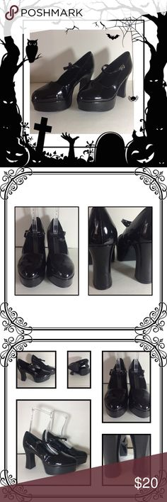 Black Shoes for Cosplay Great condition // used only for a few hrs // Perfect for Halloween! // some scuffs on the back of the hill, but hardly noticeable. Shoes