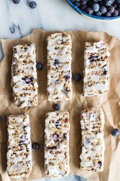 Barras de granola, con yogur griego sabor a vainilla y arándanos