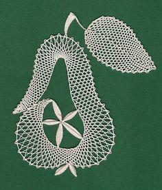 Hruška - školička Ludmily Holé - rub - fotoalba ulivatelu - D? Irish Crochet, Crochet Lace, Embroidery Applique, Embroidery Stitches, Bobbin Lace Patterns, Lacemaking, Lace Heart, Lace Jewelry, Needle Lace
