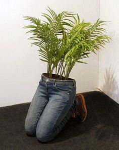 How to repurpose jeans - 22 recycle jeans projects - Home Decor Human Sculpture, Sculptures, Garden Projects, Diy Projects, Denim Ideas, Yard Art, Flower Pots, Repurposed, Creations