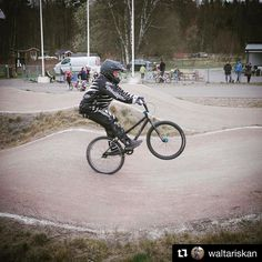 Nice progress Anna! #Repost @waltariskan I'm slowly getting there!!  Thank's @carolinehindmo for superb coaching!  #bmxcruiser #meandmybike #dwbtoftshit #wheelie photocred: @jaws4x4