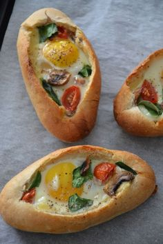 Breakfast Egg Boats ~ small buns or baguettes sliced and filled with cherry tomato, spinach, mushrooms, and cheese, then topped with an egg and baked in the oven ~ nutritious & easy brunch Egg Boats, Cooking Recipes, Healthy Recipes, Tasty Meals, Cooking Chef, Cooking Icon, Cooking Pasta, Cooking Steak, Cooking Games