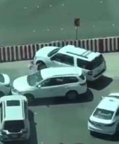 #موسوعة_اليمن_الإخبارية l بالفيديو : لن تصدق مذا فعلت فتاة سعودية مع سائقها بموقف السيارات