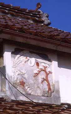 旅の途中で見た鏝絵    明治37年建造の山口県豊浦町室津下の鏝絵。中村家の松竹梅と鶴。