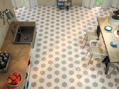 cuisine ouverte sur la salle à manger avec sol en carrelage hexagonal