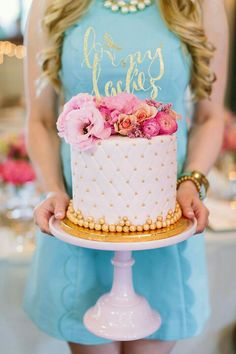 Bridal Shower Cake Idea - Gold and White Cake - Bridal Shower Ideas {Pure Luxe Bride} Gorgeous Cakes, Pretty Cakes, Cute Cakes, Amazing Cakes, Bridal Shower Cakes, Baby Shower Cakes, Bridal Showers, Gold And White Cake, Gold Cake