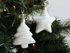Set de 4 suspensions de Noël en verre et en forme d'étoiles et de sapins.