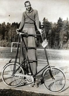 Giant's bike accessories for the circus or birthday wish list vintage photo Giant People, Tall People, Nephilim Giants, Giant Bikes, Human Oddities, Weird Vintage, Vintage Circus, Tall Guys, Tall Man