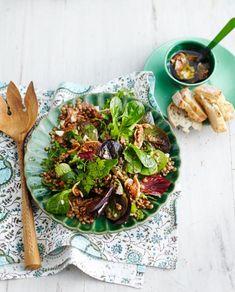 Feldsalat schmeckt nussig und daher besonders gut zu deftigen Gerichten. Feldsalat-Rezepte mit Nüssen, Obst und Speck.