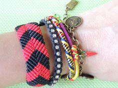 Friendship bracelets em macrame, fecho corrente ouro velho ajustável, com 5 pulseiras variadas. <br>Medida 17 cm X Largura 5 cm + corrente para ajustar para pulso mais largo.