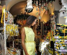 Positano Pearls..Cute Shops, with handmade products!!! 🍋🍋🍋🍋🍋 Good night dear #Travellers, and  remember that ones in your life you should have visited the #amalficoast  Le perle di Positano... I negozietti artigianali di Positano sono una meraviglia!!! Buona notte cari #Viaggiatori, almeno una volta nella nostra vita dovete aver visitato la #CostieraAmalfitana #positano #visitcostiera #pocketluggage #travelblogger
