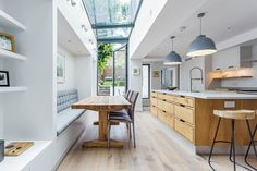 Kitchen Lighting Remodel Side returns need plenty of light sources for daytime and night. Turn yours into a bright, welcoming space with overhead windows and glass doors and make use of pendants, task lighting and soft mood lighting under shelves House Extension Design, House Design, Extension Ideas, Kitchen Diner Extension, Open Plan Kitchen Living Room, Open Kitchen, Kitchen Island, Sweet Home, Kitchen Benches