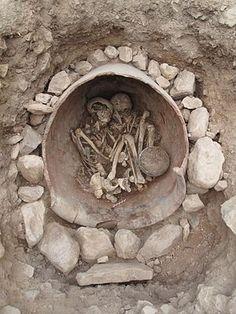 La Bastida de Totana - Tumba 18: enterramiento en urna de dos hombres adultos