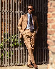 Menswear Luxury Collections and details that make a difference Beige Suits, Brown Suits, Der Gentleman, Gentleman Style, Suit Fashion, Mens Fashion, Fashion Trends, Preppy Men, Beautiful Suit