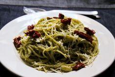 Espaguete com brócolis e tomate seco